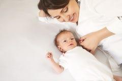 Νέα μητέρα που κρατά το νεογέννητο παιδί της Νοσηλευτικό μωρό Mom Οικογένεια Στοκ εικόνα με δικαίωμα ελεύθερης χρήσης