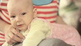 Νέα μητέρα που κρατά το νεογέννητο παιδί της Οικογένεια στο σπίτι, mom και κοριτσάκι απόθεμα βίντεο