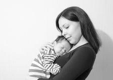 Νέα μητέρα που κρατά το νεογέννητο παιδί της Νοσηλευτικό μωρό Mom Στοκ Εικόνες