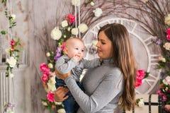 Νέα μητέρα που κρατά το νεογέννητο παιδί της Νοσηλευτικό μωρό Mom Γυναίκα και νέος - γεννημένο αγόρι στο δωμάτιο Παιχνίδι μητέρων Στοκ φωτογραφία με δικαίωμα ελεύθερης χρήσης