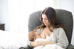 Νέα μητέρα που κρατά το παιδί μωρών της Νοσηλευτικό μωρό Mom Στοκ εικόνες με δικαίωμα ελεύθερης χρήσης