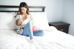 Νέα μητέρα που κρατά το παιδί μωρών της Νοσηλευτικό μωρό Mom Στοκ Εικόνα