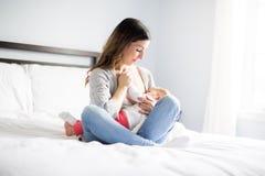 Νέα μητέρα που κρατά το παιδί μωρών της Νοσηλευτικό μωρό Mom Στοκ εικόνα με δικαίωμα ελεύθερης χρήσης