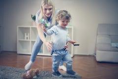 Νέα μητέρα που μαθαίνει την για να περπατήσει σύντομα στοκ εικόνες