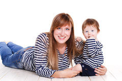 Νέα μητέρα που παίζει με την λίγη κόρη Στοκ Εικόνες