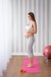Νέα μητέρα που προετοιμάζεται για την εργασία Στοκ Εικόνες