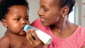 Νέα μητέρα που ταΐζει το μωρό της απόθεμα βίντεο