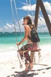 Νέα μοντέρνη γυναίκα με την πολυτέλεια snakeskin python στην παραλία Νησί του Μπαλί Στοκ Φωτογραφίες