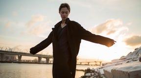 Νέα μοντέρνη γυναίκα που περπατά στην αστική οδό Στοκ φωτογραφίες με δικαίωμα ελεύθερης χρήσης