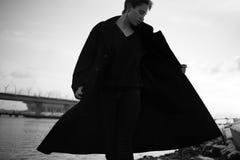 Νέα μοντέρνη γυναίκα που περπατά στην αστική οδό Στοκ εικόνα με δικαίωμα ελεύθερης χρήσης