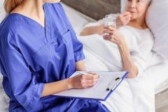 Νέα μορφή αρχειοθέτησης επαγγελματιών ασθενή στην κλινική Στοκ Εικόνα
