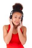 Νέα μουσική ακούσματος κοριτσιών αφροαμερικάνων Στοκ εικόνα με δικαίωμα ελεύθερης χρήσης
