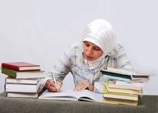 νέα μουσουλμανική γυναίκα στα παραδοσιακά ενδύματα στο edu Στοκ εικόνες με δικαίωμα ελεύθερης χρήσης