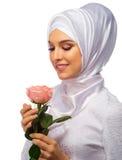 Νέα μουσουλμανική γυναίκα με το ροδαλό λουλούδι Στοκ Φωτογραφία
