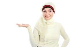 Νέα μουσουλμανική γυναίκα στην επικεφαλής παρουσίαση μαντίλι Στοκ Φωτογραφίες