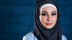 Νέα μουσουλμανική γυναίκα στο μαύρο hijab Εσωτερικό πορτρέτο απόθεμα βίντεο