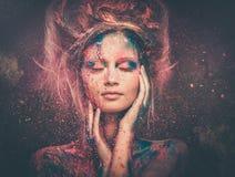 Νέα μούσα γυναικών με την τέχνη σωμάτων Στοκ Εικόνες