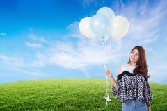 Νέα μπαλόνια εκμετάλλευσης γυναικών στο καλοκαίρι λιβαδιών Στοκ φωτογραφίες με δικαίωμα ελεύθερης χρήσης