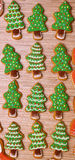 Νέα μπισκότα δέντρων έτους στο ξύλινο υπόβαθρο κάθετος επίπεδος Στοκ Εικόνες