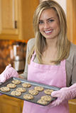 Νέα μπισκότα τσιπ σοκολάτας ψησίματος γυναικών στοκ εικόνα με δικαίωμα ελεύθερης χρήσης