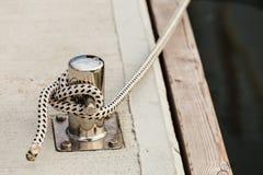 Νέα μπουλόνια λιμενικών μαρινών μετάλλων με τα σχοινιά Στοκ Φωτογραφίες