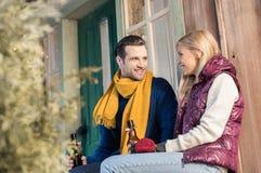 Νέα μπύρα κατανάλωσης ζευγών και εξέταση η μια την άλλη καθμένος στο μέρος Στοκ εικόνα με δικαίωμα ελεύθερης χρήσης