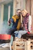 Νέα μπύρα κατανάλωσης ζευγών και εξέταση τη σχάρα στο μέρος Στοκ εικόνες με δικαίωμα ελεύθερης χρήσης