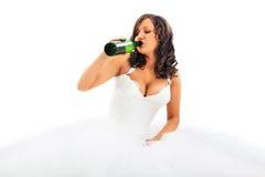 Νέα μπύρα κατανάλωσης νυφών Στοκ εικόνα με δικαίωμα ελεύθερης χρήσης