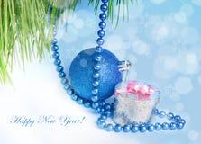 Νέα μπλε σφαίρα και δώρο έτους Στοκ Φωτογραφία