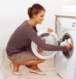 Νέα νοικοκυρά που κάνει το πλυντήριο Στοκ Εικόνες