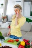 Νέα νοικοκυρά που προετοιμάζει τη σαλάτα στην κουζίνα Στοκ φωτογραφία με δικαίωμα ελεύθερης χρήσης
