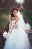 Νέα νύφη με την ανθοδέσμη Στοκ Φωτογραφία