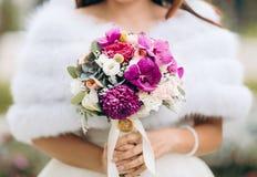 Νέα νύφη στην ανθοδέσμη εκμετάλλευσης ημέρας γάμου Στοκ Εικόνες