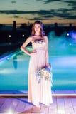 Νέα νύφη στο γαμήλιο φόρεμα πολυτέλειας βράδυ Στοκ Εικόνες