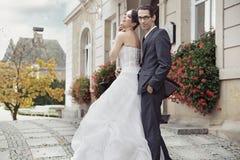 Νέα νύφη στο τρυφερό αγκάλιασμα Στοκ φωτογραφία με δικαίωμα ελεύθερης χρήσης
