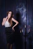 Νέα ξανθή γυναίκα κοντά στα καίγοντας κεριά στοκ εικόνες