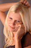 Νέα ξανθή γυναίκα με κινητό Στοκ εικόνα με δικαίωμα ελεύθερης χρήσης