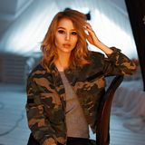 Νέα ξανθή γυναίκα με το όμορφο πρόσωπο σε μια στρατιωτική μόδα στοκ φωτογραφίες με δικαίωμα ελεύθερης χρήσης