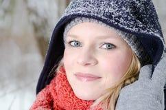 Νέα ξανθή γυναίκα με το beanie και το χειμερινό ξύλινο πορτρέτο μαντίλι Στοκ εικόνα με δικαίωμα ελεύθερης χρήσης