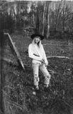 Νέα ξανθή γυναίκα που εγκαθιστά στα ξύλα με ένα πυροβόλο όπλο Στοκ φωτογραφίες με δικαίωμα ελεύθερης χρήσης