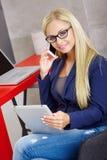 Νέα ξανθή γυναίκα που μιλά στο κινητό τηλέφωνο στοκ εικόνες με δικαίωμα ελεύθερης χρήσης