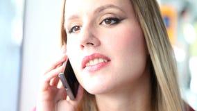 Νέα ξανθή γυναίκα που μιλά σε κινητό, τηλέφωνο, κύτταρο οδηγώντας το τραμ απόθεμα βίντεο