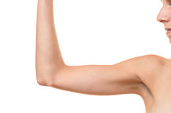 Νέα ξανθή γυναίκα που παρουσιάζει πλαδαρό βραχίονα στοκ φωτογραφία
