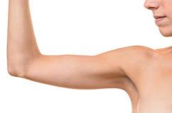 Νέα ξανθή γυναίκα που παρουσιάζει πλαδαρό βραχίονα στοκ φωτογραφία με δικαίωμα ελεύθερης χρήσης