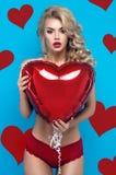 Νέα ξανθή γυναίκα προκλητικό lingerie Στοκ Φωτογραφία