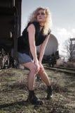 Νέα ξανθή γυναίκα στο σιδηρόδρομο στοκ φωτογραφίες