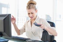 νέα ξανθή επιχειρηματίας που κλείνει το τηλέφωνο το τηλέφωνοη Στοκ Εικόνα