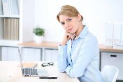 Νέα ξανθή επιχειρησιακή γυναίκα με το lap-top στο γραφείο χρυσή ιδιοκτησία βασικών πλήκτρων επιχειρησιακής έννοιας που φθάνει στο Στοκ φωτογραφία με δικαίωμα ελεύθερης χρήσης