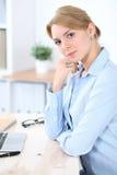 Νέα ξανθή επιχειρησιακή γυναίκα με το lap-top στο γραφείο χρυσή ιδιοκτησία βασικών πλήκτρων επιχειρησιακής έννοιας που φθάνει στο Στοκ εικόνες με δικαίωμα ελεύθερης χρήσης