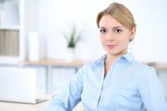 Νέα ξανθή επιχειρησιακή γυναίκα με το lap-top στο γραφείο χρυσή ιδιοκτησία βασικών πλήκτρων επιχειρησιακής έννοιας που φθάνει στο Στοκ Φωτογραφίες